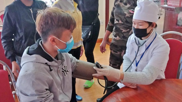 Móng Cái lấy mẫu bệnh phẩm của 1 người tử vong để gửi xét nghiệm virus corona