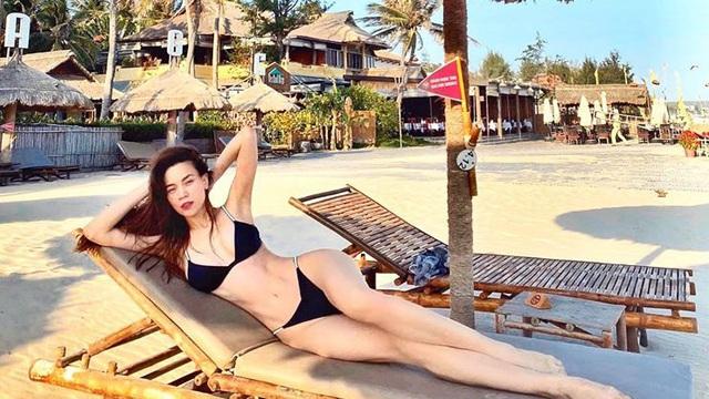 Hồ Ngọc Hà khoe ảnh bikini nóng bỏng, tắm nắng trên bãi biển