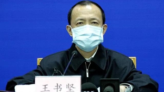 """Trung Quốc: """"Găm"""" hàng, nâng giá trên 35% giữa mùa dịch virus corona có thể bị phạt tán gia bại sản"""