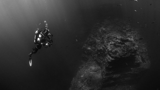 """Lặn xuống nơi sâu nhất đại dương, các nhà khoa học phát hiện """"điều đáng sợ"""""""