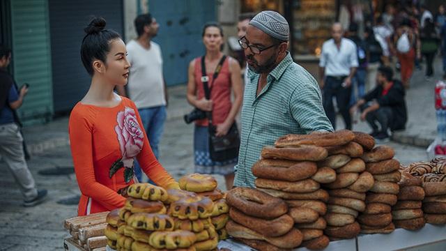 MC Thanh Mai làm vlog du lịch, giới thiệu chợ Carmel nổi tiếng của Israel
