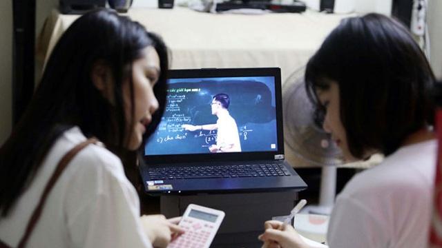 Phản đối học online kiểu học sinh Việt: Rủ nhau đánh giá 1 sao app giao bài tập, để lại bình luận tục tĩu dưới bài giảng trực tuyến