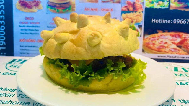 Burger hình virus corona giá 85.000 đồng/chiếc đắt khách ở Hà Nội