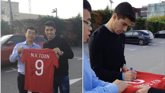 Văn Toàn được Luis Suarez ký tặng áo đấu