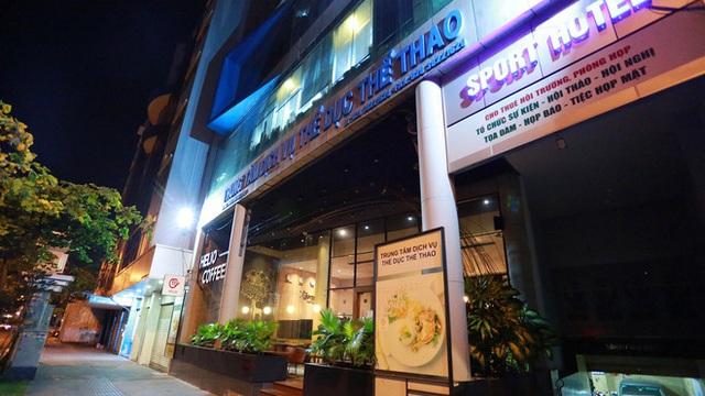 Sài Gòn vắng lặng sau khi nhà hàng, phòng gym, salon tóc đóng cửa, nhưng lác đác quán xá vỉa hè đông vui