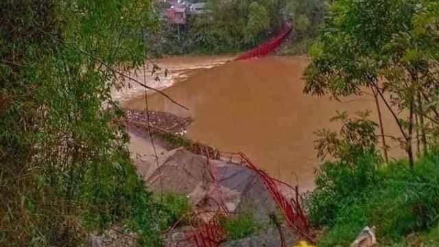 Mưa đá lại trút xuống Lào Cai quật đứt cầu treo, 1 người bị sét đánh chết