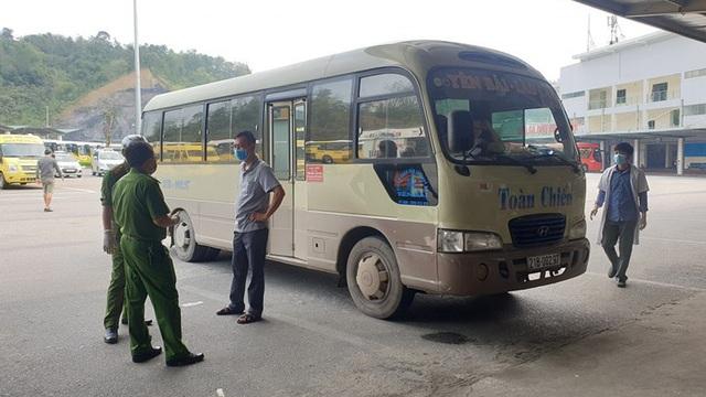 Chốt chặn cao tốc Nội Bài - Lào Cai đưa 2 thợ xây tiếp xúc với người dương tính Covid-19 đi cách ly