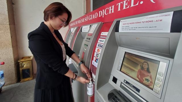 """Agribank trang bị nước rửa tay khô cho 2.300 ATM: """"Nếu sợ mất thì chúng tôi đã không làm"""""""