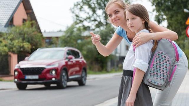 Con gái định bắt chước người khác vượt đèn đỏ, mẹ chỉ nói 1 câu, cả đời cô bé sẽ phải biết ơn
