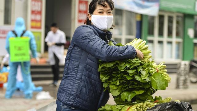 [Ảnh] Tiếp tế 350kg rau cho khu chung cư gần 1000 dân bị cách ly ở Hà Nội
