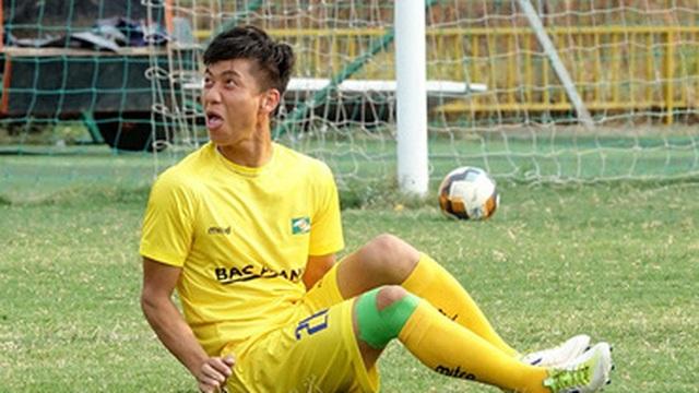Phan Văn Đức nhí nhảnh tập luyện trước trận tái xuất sân cỏ có HLV Park Hang-seo dự khán