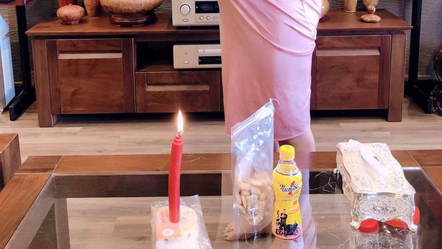 Chồng tặng vợ đủ hoa, bánh, nến lãng mạn vẫn bị giận dỗi, tấm ảnh chụp món quà bóc mẽ tất cả