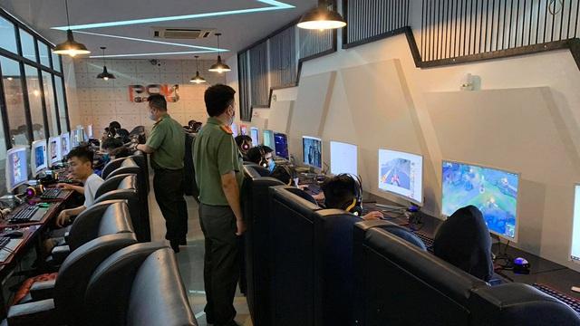 33 thanh thiếu niên chơi game giữa mùa dịch, chủ cơ sở kinh doanh internet bị phạt 20 triệu đồng
