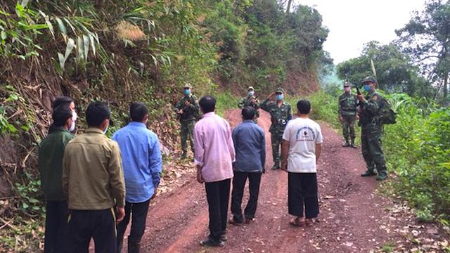 7 anh em họ rủ nhau vượt biên sang Lào thăm bạn, khi trở về bị cách ly ngay lập tức
