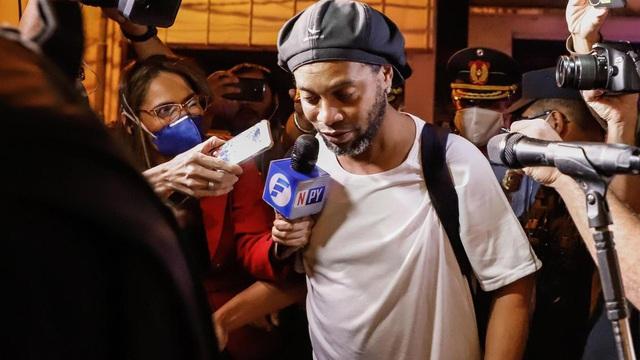 """Giữa dịch Covid-19, """"tù nhân"""" Ronaldinho sống thế nào trong """"nhà giam bằng vàng""""?"""