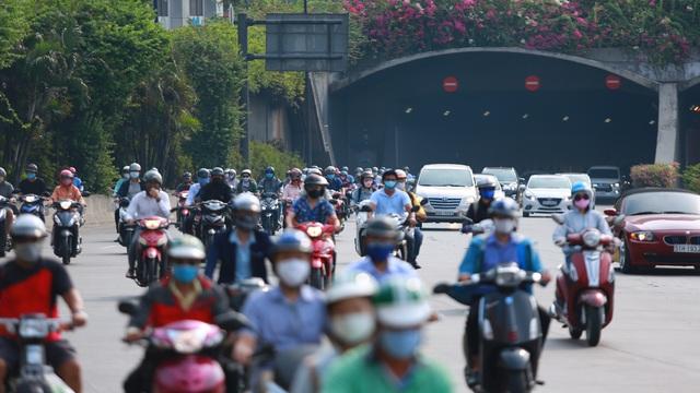 [Ảnh] Đường phố nhộn nhịp trở lại, các phương tiện chen chân chờ đèn đỏ ngày đầu tiên hết cách ly toàn xã hội ở TP.HCM