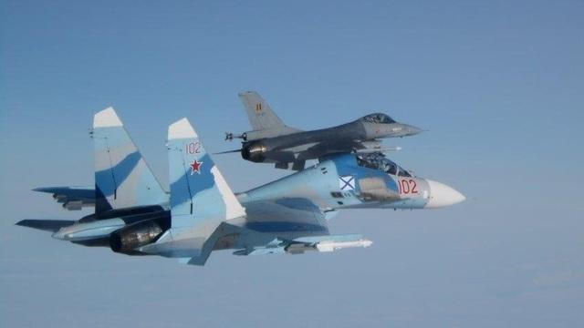 """2 tiêm kích Su-27 Nga """"truy sát"""", chiến đấu cơ F-16 tháo chạy"""