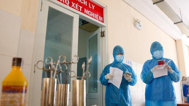 Một bệnh nhân mắc Covid-19 chuyển nặng, được chuyển đến BV Bệnh Nhiệt đới TP.HCM
