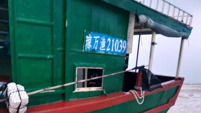 Bí ẩn con tàu không có người, thân tàu ghi chữ Trung Quốc trôi dạt vào bờ biển Quảng Bình