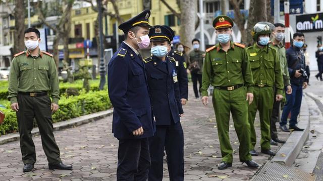 Hai chủ gara ô tô ở phường Dịch Vọng Hậu bị phạt 15 triệu đồng vì không đóng cửa phòng dịch Covid-19