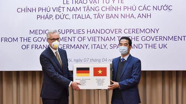 Việt Nam ủng hộ 550.000 khẩu trang hỗ trợ châu Âu chống Covid-19