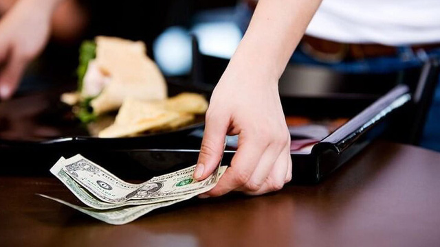 Đến nhà hàng dùng bữa, cô gái bo ông chủ 10 đô song nếu biết hành vi trước đó, ai cũng sốc