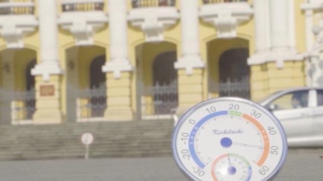 """VIDEO: Người Hà Nội chống chọi với cái nắng như """"chảo lửa"""""""