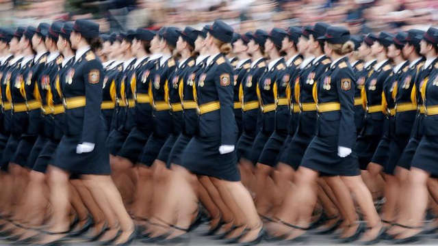 24h qua ảnh: Nữ quân nhân Belarus duyệt binh mừng chiến thắng phát xít
