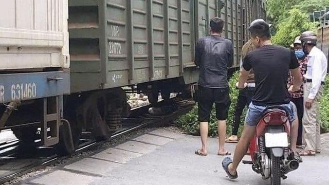 Bỏ lại xe đạp điện, người phụ nữ bất ngờ lao vào tàu hoả tự tử ở Hà Nội