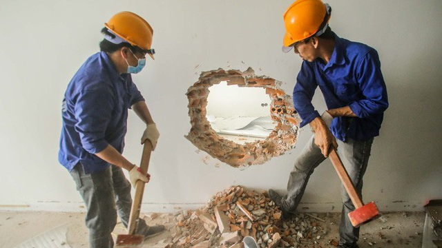 Cận cảnh phá dỡ tầng 18 tòa nhà 8B Lê Trực