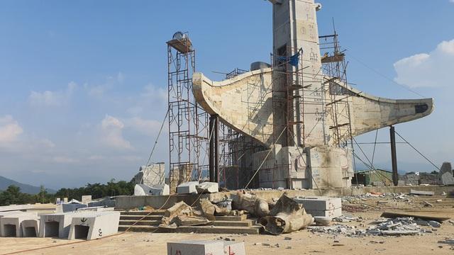 Huyện nghèo bạt đồi, chi 14 tỉ đồng xây tượng đài