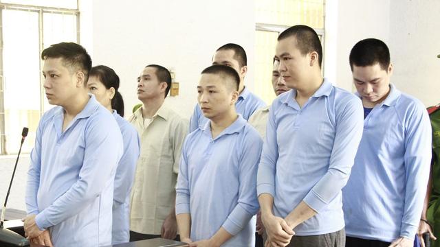 Các bị cáo bật khóc trước tòa khi được người mẹ của nạn nhân bị đánh thương tật xin giảm án
