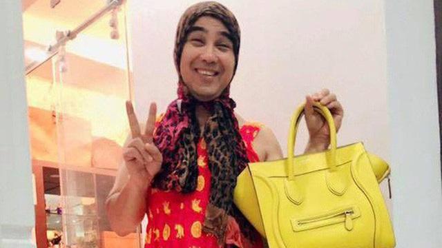 Quyền Linh mượn váy, túi xách của vợ hóa trang thành đàn bà gây cười
