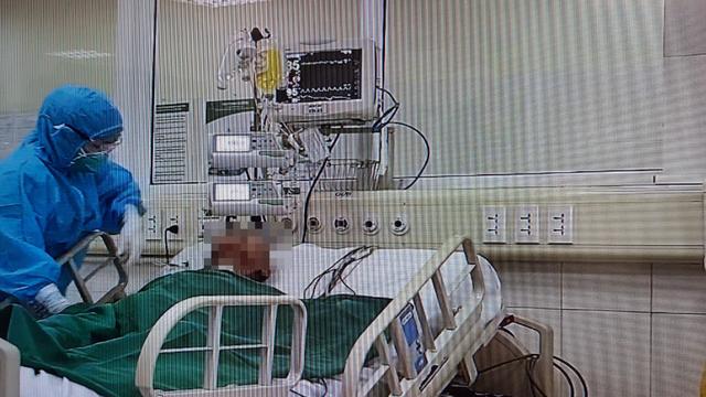 """Bác sĩ kể về những thời điểm """"căng như dây đàn"""" điều trị cho bệnh nhân 161 mắc Covid-19 nặng"""