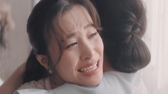 Đông Nhi òa khóc khi kể câu chuyện của chính mình