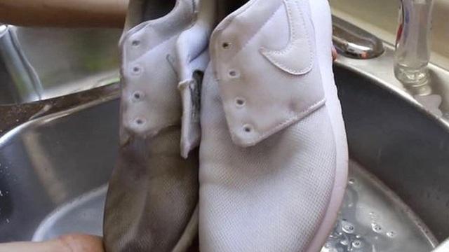 Giày thể thao lấm bẩn, chỉ cần thêm 1 thứ quen thuộc này vào với xà phòng sẽ sạch như mới
