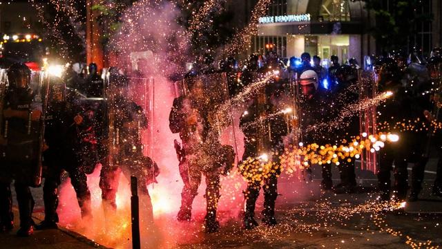 """Mạng lưới ngầm nào khiến biểu tình ôn hòa bùng phát thành """"biển lửa"""" nhấn chìm nước Mỹ?"""