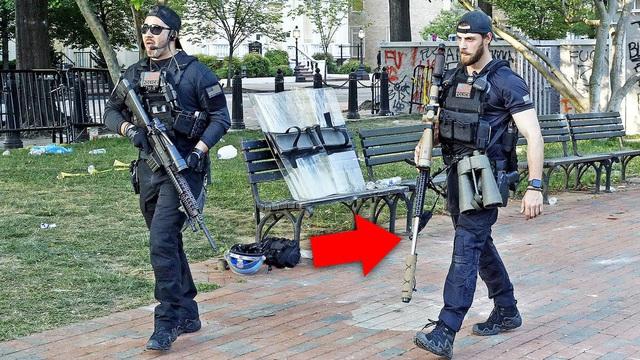 """Hé lộ súng bắn tỉa """"khủng"""" bảo vệ Tổng thống Trump giữa vòng vây của người biểu tình"""