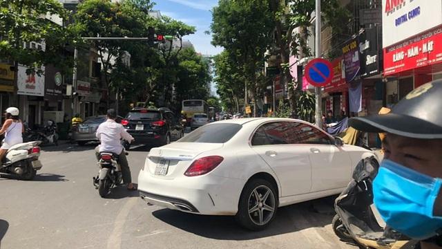 Xế sang Mercedes đâm liên hoàn 4 xe máy trên phố Hà Nội, 2 người bị thương
