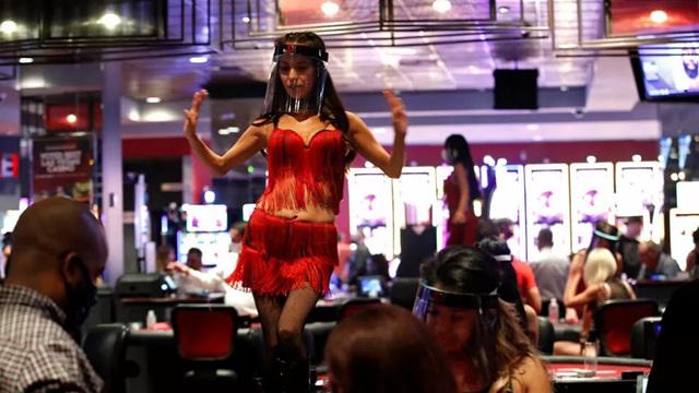 24h qua ảnh: Vũ công trình diễn trong sòng bài ở Las Vegas