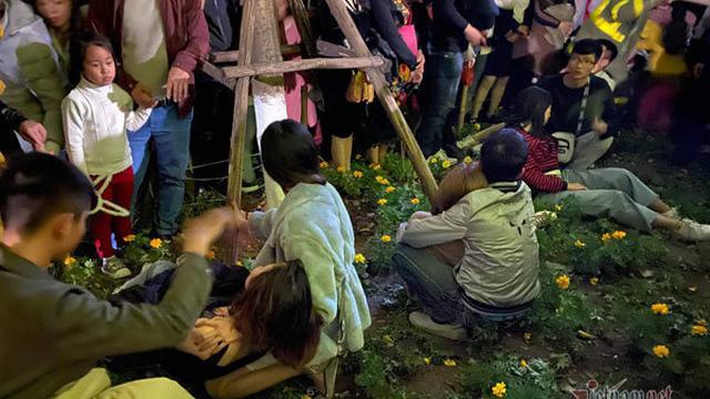 Chen nhau đón năm mới, thiếu nữ ngất xỉu bên vườn hoa Hà Nội