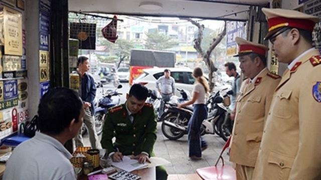 Kiểm tra cửa hàng trên phố Trần Nhật Duật, thu giữ hàng chục BKS giả
