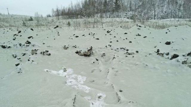 """Lạ lùng cảnh """"tuyết xanh"""" phủ kín ngoại ô thành phố Nga"""