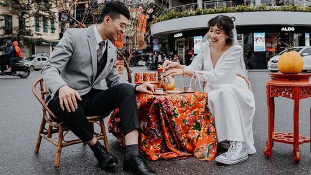 """Mùng 1 Tết đã """"chơi lớn"""" thế này thì ai chơi lại - Cặp đôi vác cả bàn ghế ra giữa đường thưởng trà, bất chấp mưa rét chỉ vì một lý do"""