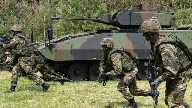 Thiếu phương tiện chiến đấu, binh sĩ Đức dùng ô tô thường tập trận