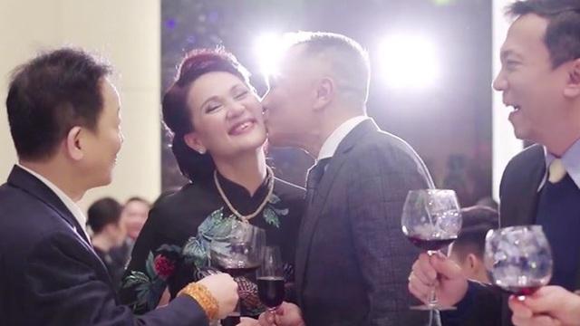 """Vợ chồng cựu chủ tịch CLB Sài Gòn hôn nhau ngọt ngào, """"quẩy"""" cực sung trong đám cưới con gái Quỳnh Anh"""