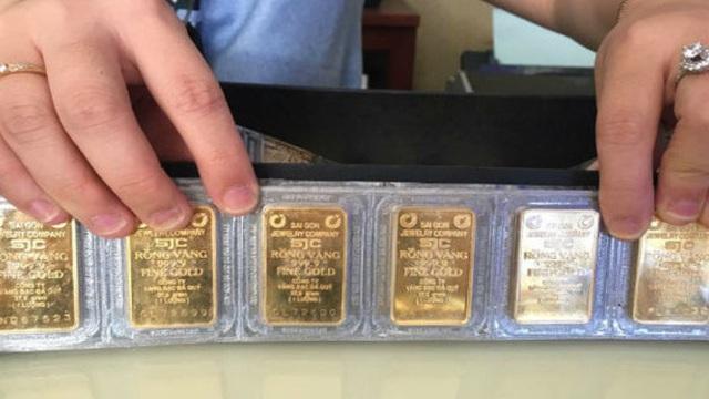 Quay đầu giảm mạnh, giá vàng SJC vẫn cao hơn thế giới