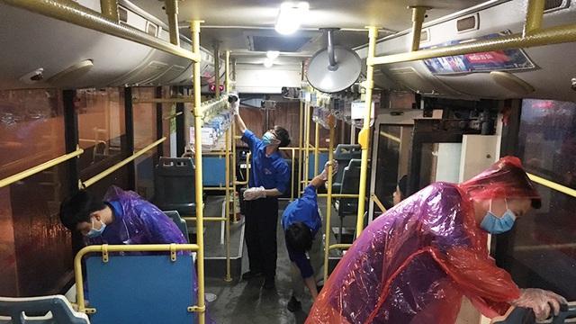 [Ảnh] Khử khuẩn, lau dọn xe buýt sau mỗi ca làm việc để phòng dịch Covid-19