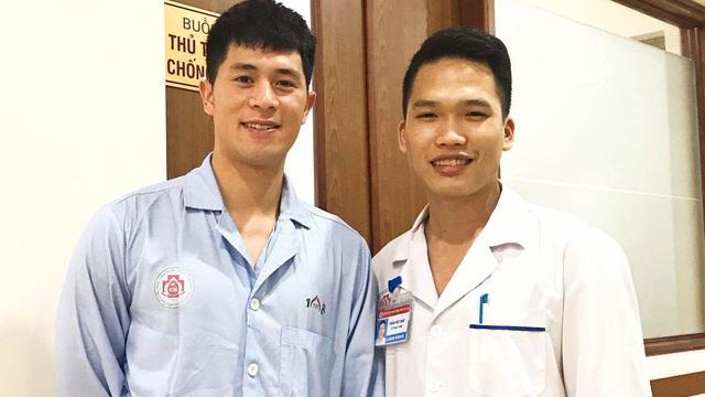 Đình Trọng gây chú ý khi đến hút dịch đầu gối tại bệnh viện 108