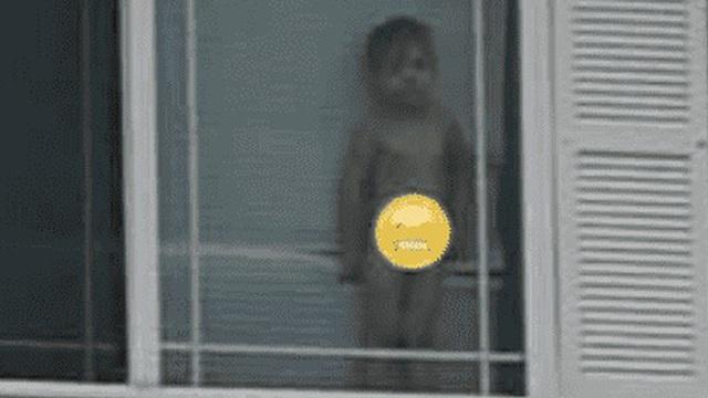 """Để con ngồi xem phim rồi đi tắm, người phụ nữ trở ra liền nhận được dòng tin nhắn của hàng xóm kèm bức ảnh chụp con trai """"gây bão"""" MXH"""